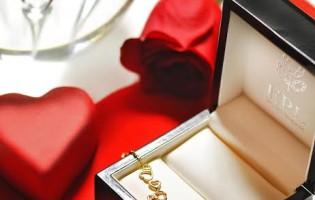 Zlatna narukvica s dijamantima ili romantična večera? Ovog Valentinova darujte oboje!