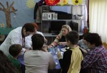 Članovi Udruge distrofičara Krapina na kreativnoj radionici izrade pisanica u Centru za odgoj i obrazovanje Krapinske Toplice
