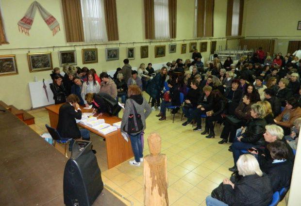 """Radnici poduzeća """"Estare Culto"""", njih oko 150, sinoć potpisali rješenja o isplati svojih potraživanja od države"""