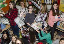 Učenici OŠ Augusta Cesarca s 42 božićna paketa usrećili djecu iz socijalno ugroženih obitelji