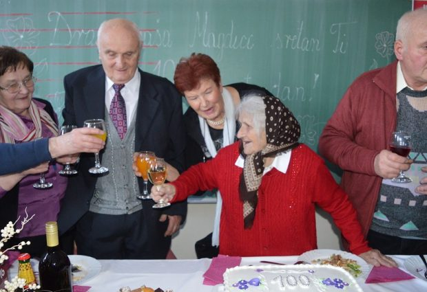 Baka Magda s najmilijima nazdravila za svojih prvih sto