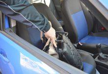 Kamenom razbio staklo na autu i ukrao dvije ženske torbice
