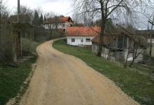 Nasipan je kameni materijal, ceste su izravnate, a dio njih je i proširen, kako bi se lakše prometovalo