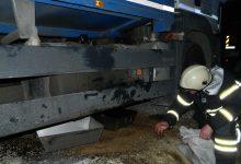 Zbog bušenja spremnika goriva, na cestu je iz teretnog vozila iscurilo stotinjak litara nafte