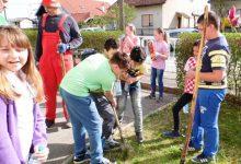 """Učenici iz ekološke sekcije """"Eko zeko"""" uredili okoliš zdenca, obrezali živicu i posadili voćke i cvijeće"""