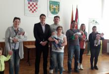 Gradonačelnik Vešligaj bebama i roditeljima dodijelio novčanu pomoć i poklone