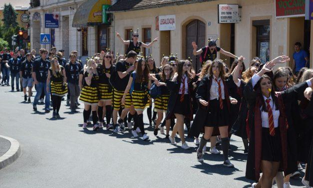 Krapinski maturanti veselo u koloni prošetali središtem grada i pozdravili se od školskih klupa, zabočki otplesali Salonsko kolo