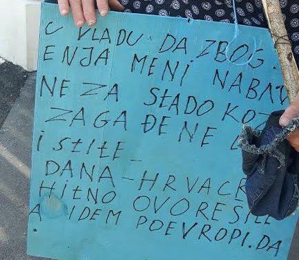 Šetao centrom grada prekriven transparentima i s trobojnicom u ruci vikao protiv političara