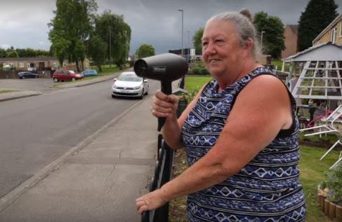 VIDEO: Umjesto mjerača brzine, u vozila usmjerava – fen za kosu