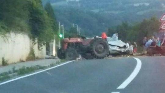 U sudaru traktora i osobnog automobila ozlijeđena oba vozača, hitno prevezeni u Opću bolnicu Zabok