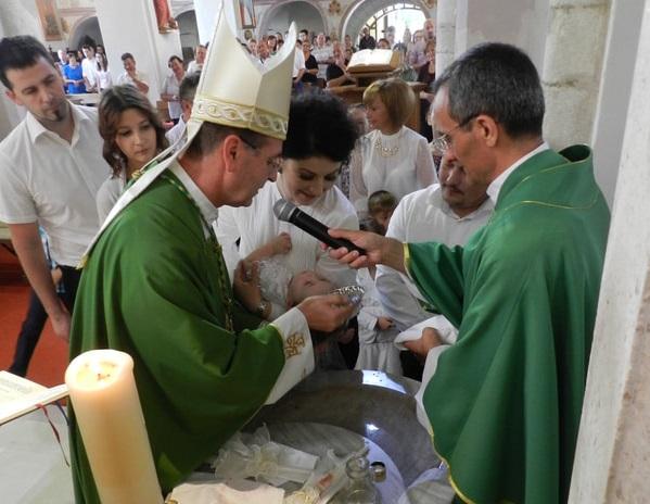 Biskup Ivan Šaško krstio tri djevojčice – Editu, Anetu i Juliju