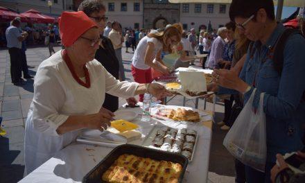 """Članice Udruge """"Hrvatska žena"""" prezentirale izradu bistričkih štrukli, a posjetitelji uživali u njihovim delicijama"""
