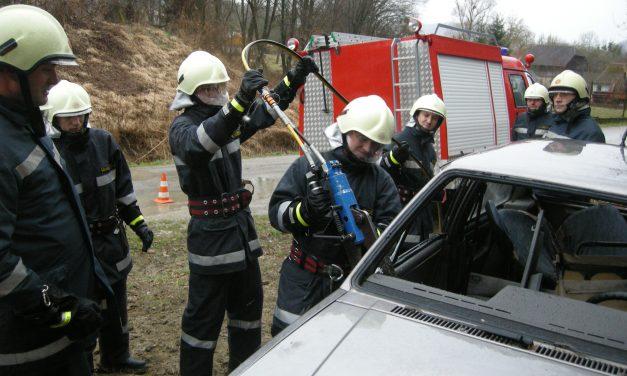 Morali smirivati nasilnog putnika u vlaku Varaždin – Zabok, u Oroslavju vatrogasci vadili unesrećenog iz automobila