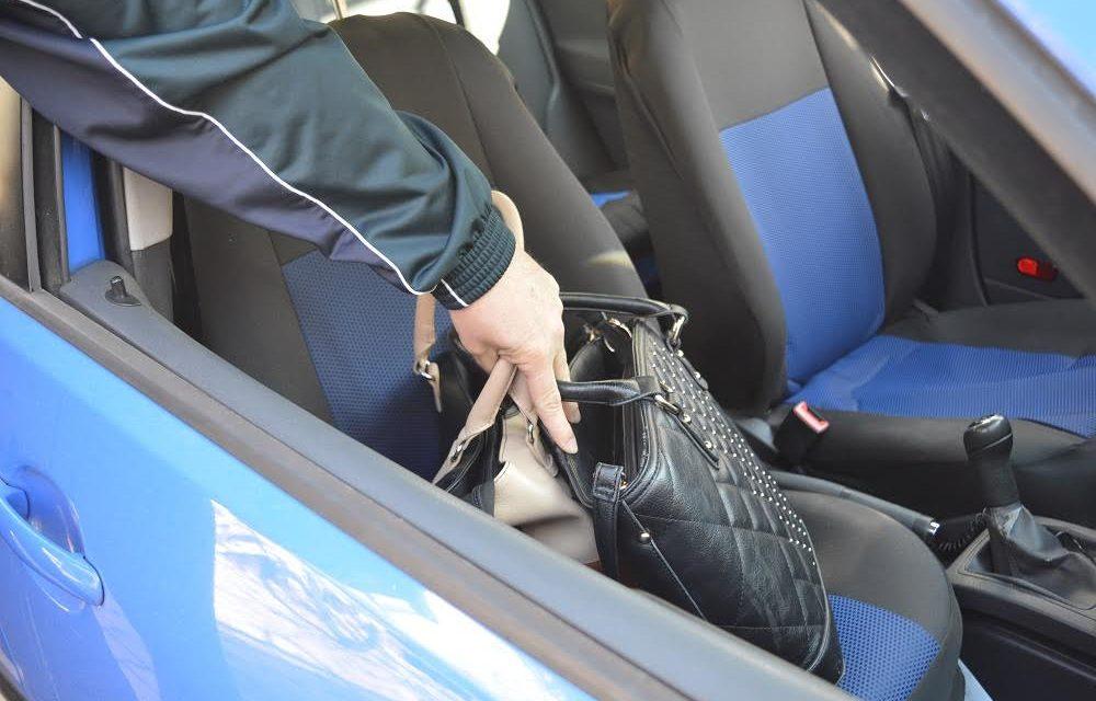U trenutku kada je otključala auto, nepoznati počinitelj otvorio suvozačeva vrata i sa sjedala ukrao torbicu s više tisuća kuna pa pobjegao
