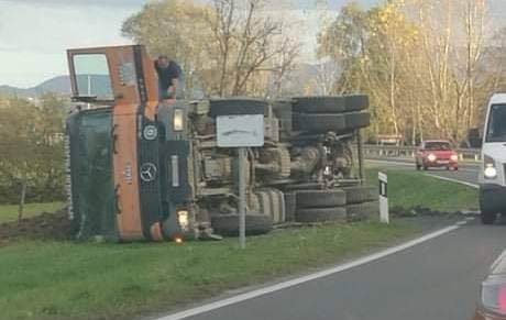 U Jezeru Klanječkom kamion sletio s ceste