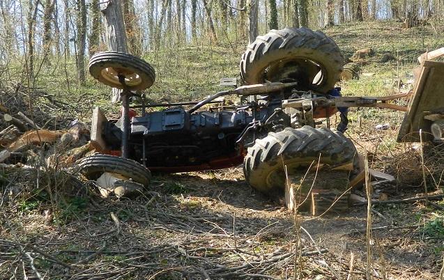 U prevrnuću traktora smrtno stradao vozač