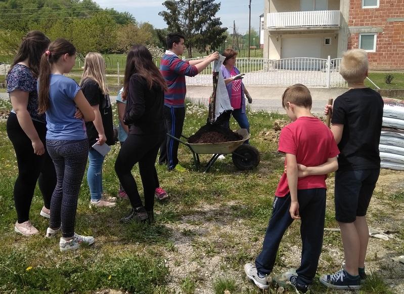 """Učenici će sa svojim učiteljima čistiti okoliš škole, središte mjesta i """"zelenu učionicu"""" u šumi Šarov jarek"""