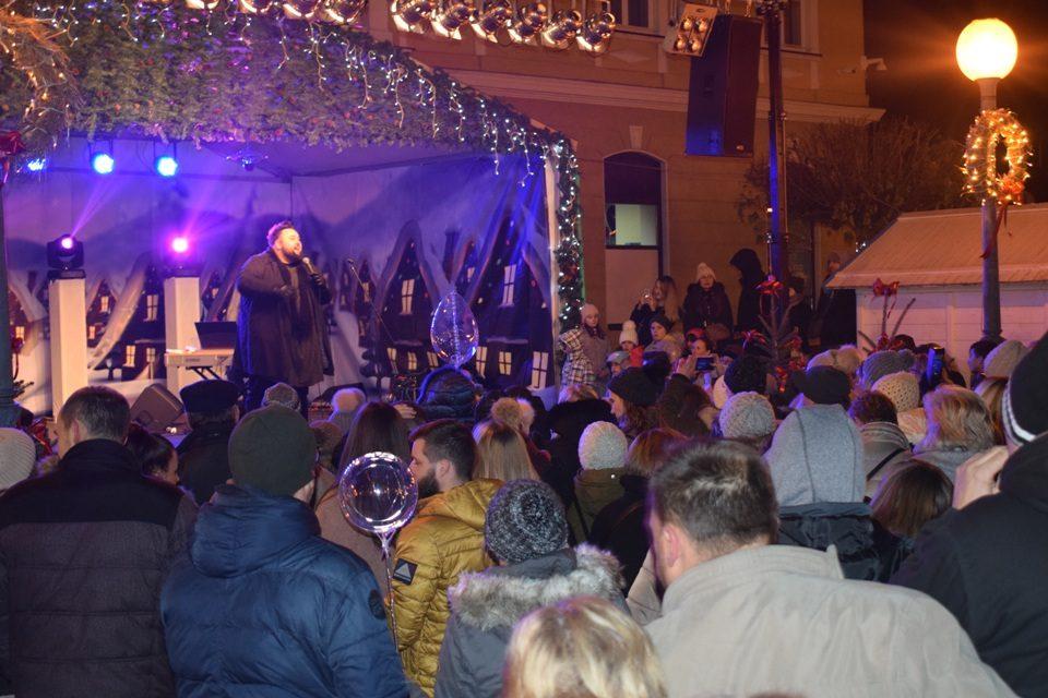"""Paljenjem lampica na velikoj  božićnoj jelki i koncertom Jacquesa Houdeka, započeo """"Advent u Mariji Bistrici"""", evo kako je bilo i u drugim dijelovima Zagorja"""