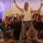 KAD PROFESOR POLUDI: Pogledajte urnebesnu transformaciju u legendarnog Freddieja Mercuryja