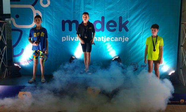 Toto Šipek Glavač osvojio četiri zlatne medalje, na 100 mješovito, u konkurenciji godinu dana starijih natjecatelja, otplivao najbolje vrijeme