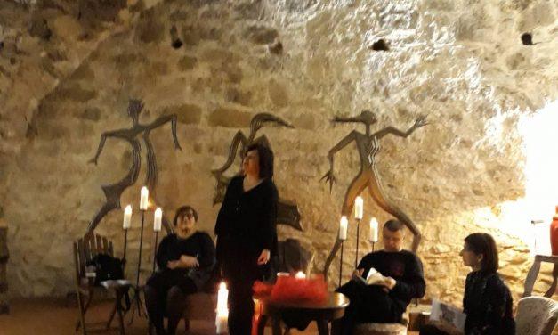 Dvadesetak zaljubljenika u poeziju uz svjetlost svijeća, vruće kuhano vino, kiflice i štrukle, uživalo u stihovima i jazzu