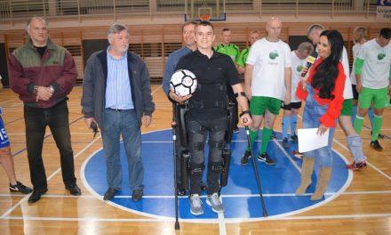 JOŠ JEDNOM POKAZALI VELIKO SRCE:  Odigrana humanitarna nogometna utakmica za  Danijela Plašća, kojemu je za kupnju robotskog odijela potrebno još desetak tisuća eura