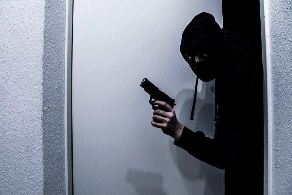 Maskiran i uz prijetnju oružjem prodavačici, iz blagajne trgovine ukrao nekoliko tisuća kuna
