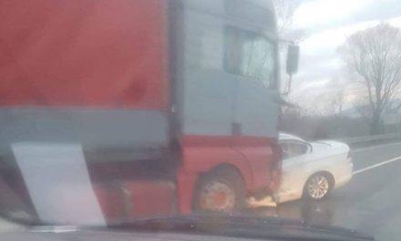 VIDEO: Frontalni sudar teretnog i osobnog automobila kod Kupljenovog