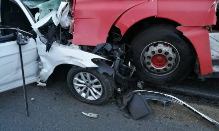 Skrenuo u suprotni trak i frontalno se sudario s kamionom, vatrogasci morali oslobađati tijelo iz smrskanog automobila